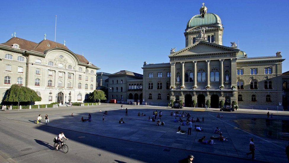 Чтобы попробовать разобраться в швейцарской внутренней политике, можно совершить экскурсию в парламент страны в Берне